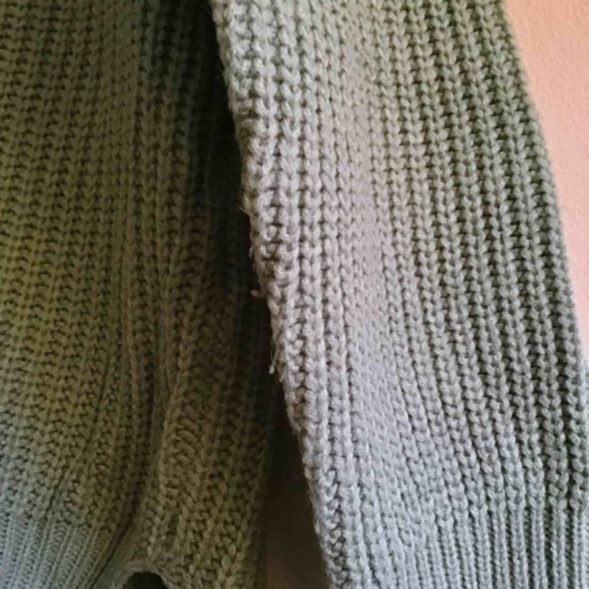 Smått oversized stickad tröja i färgen mint. Använd bara ett fåtal gånger och i bra skick.  Kan behöva noppras lite möjligtvis  Köparen står för frakten. Stickat.