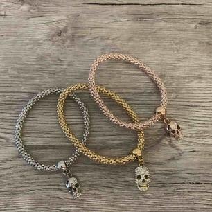 Sjukt coola armband med döskallar på. Ett i roseguld, ett i silver och ett i guld!