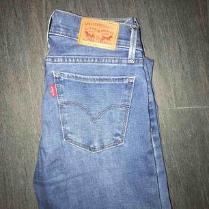 Jeans från Levis, aldrig använda! Nypris 1099kr. Möts upp i Falun, kan även fraktas men köparen står frakten💕