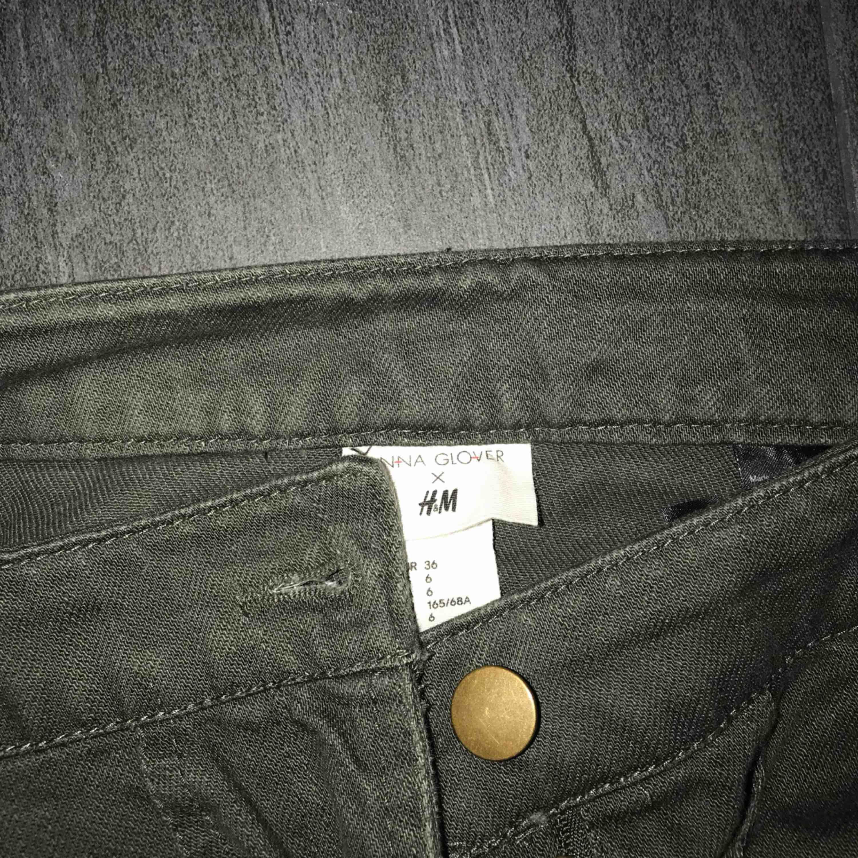 Grön jeanskjol från H&M. Nypris 249kr. Möts upp i Falun, kan även fraktas men köparen står frakten 💕. Kjolar.