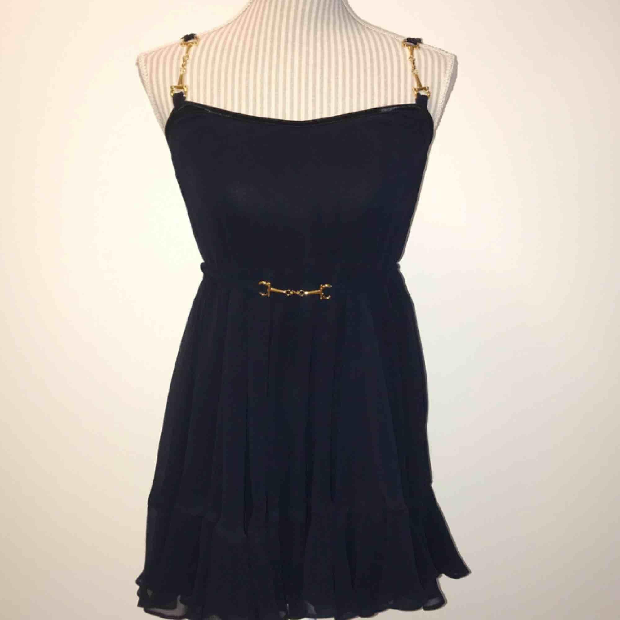 """Mörkblå Ida Sjöstedt klänning i modellen """"shady dress"""" Endast använd vid ett tillfälle så den är i fint skick! 🌟🌟 axelbanden är uppsydda några cm men går att sprätta upp om så önskas  Frakt på 55 kr tillkommer. Klänningar."""