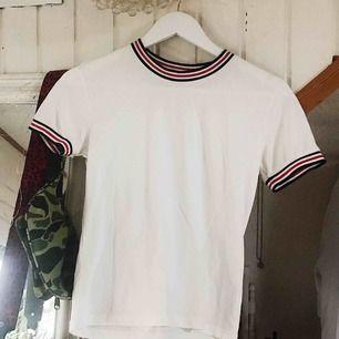 Fin tröja från Bikbok. Strl är XS, men passar nog definitivt M (blir lite tajtare) då tyget är stretchigt. Frakt tillkommer 🌹
