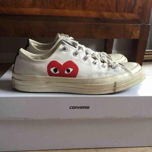 Flitigt använda skor från converse x comme des garcons play men finns mycket användning kvar i skorna. Perfekt sko inför våren, storlek 41.5 men passar någon som vanligtvis har 42