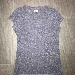 T-shirt från tommyhilfiger, nypris 599kr. Möts upp i Falun men kan även fraktas, köparen står för frakten 💕💕