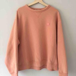 Peachfärgad tröja från Acne Studios, vida armar och croppad i midjan. Väldigt fin tröja men har använt den för lite så förtjänar en ny ägare som använder tröjan mer  Köpare betalar frakten(63kr), kan även mötas upp i Gbg eller i Skåne ibland!