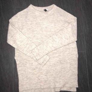 ❤️Längre stickad tröja med slits på vardera sida vid höften. Nypris 299kr. ❤️ (jättefin till skinnbyxorna jag säljer också!!)