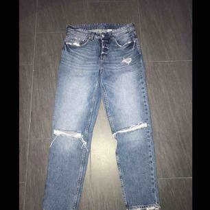 💙Boyfriend jeans med lite slitningar här och där. Jättebra skick då jag har varit helt värdelös på att använda dem! Nypris 499💙