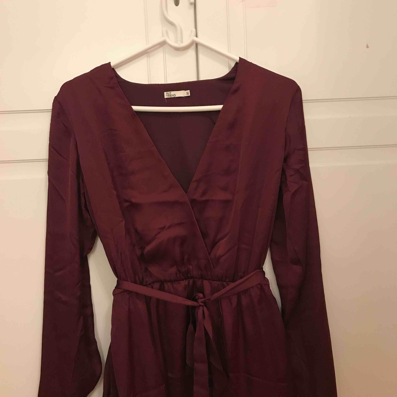 Vinröd/lila klänning ifrån nelly, använd 1 gång i fint skick. Köparen betalar frakt!. Klänningar.