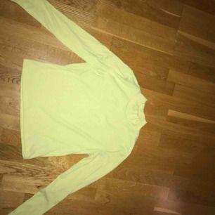 Jättecool neon tröja från Gina! Storlek L men skulle säga att den passar en S och M också då den är ganska liten i storlek. Kan mötas upp i Stockholm💚
