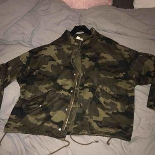 Lite oversized jacka från H&M, har lite nitar! 300 kr inkl frakt 🌸