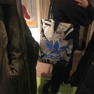 Adidas tygväska fast i plastigt material.