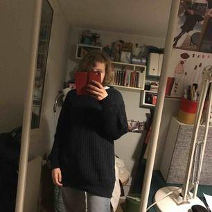 Lång stickad tröja. Blå med svarta armar.  Snygga detaljer på armarna. I fint skick. Vett inte storlek men passar super bra på mig som är s-m. Kan mötas upp i Stockholm, eller så fraktar jag den, det tillkommer frakt. Skriv vid intresse:)