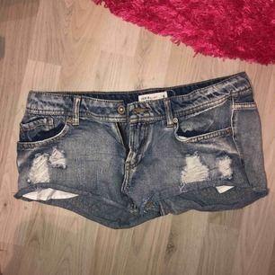 Lågmidjade jeansshorts! Fått dem av kompis och aldrig använt de pga för små! Lite slitningar där fram, säljer för 50 och köparen står för frakten