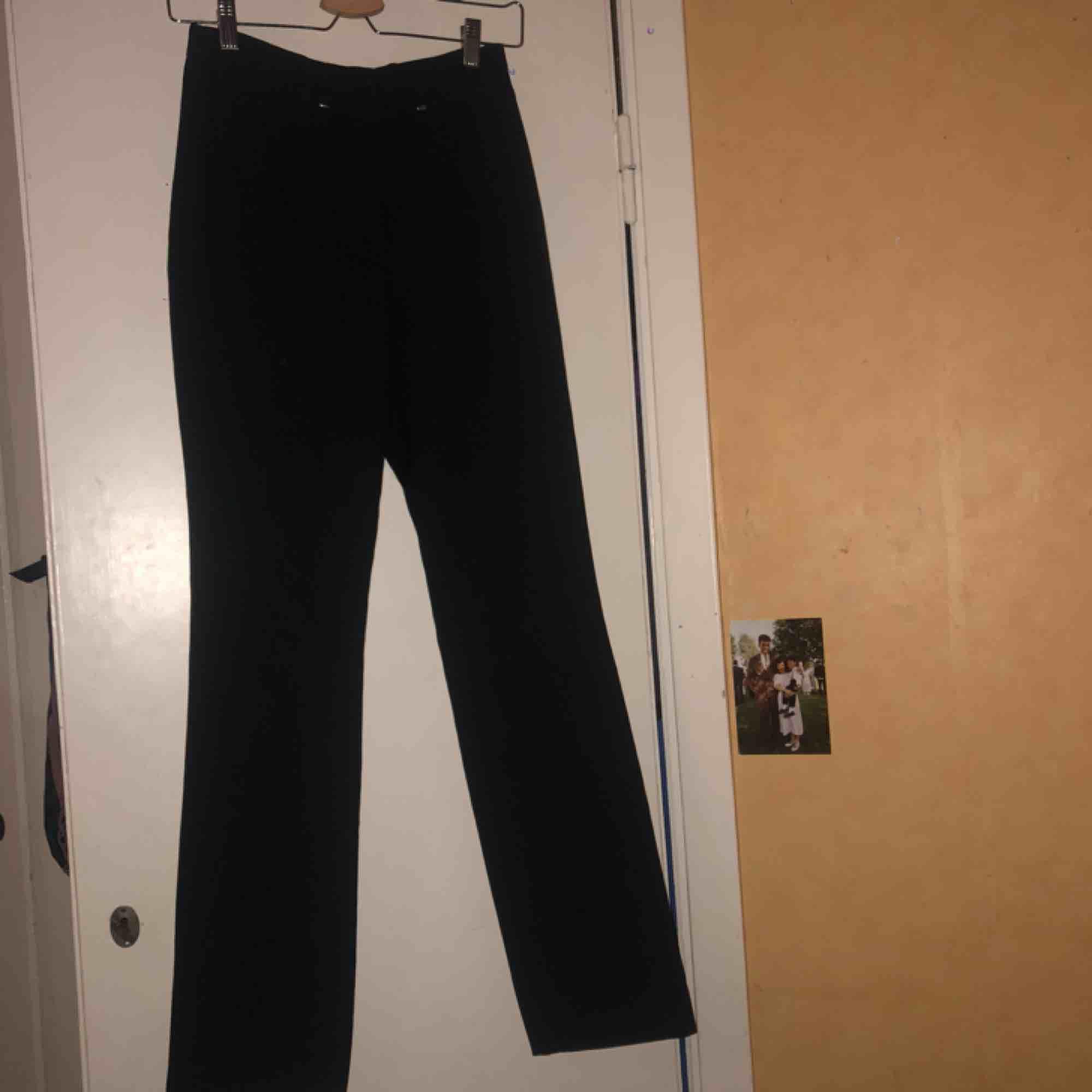 Svarta utsvängda byxor köpta secondhand och saknar storlek, skulle gissa på typ S. Dem har dock sömmar som verkar vara sydda i efterhand och har därför lite mindre midja än normalt! - 100kr inkl frakt (annons upplagd igen pga oseriös köpare). Jeans & Byxor.