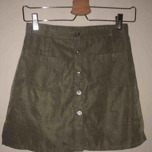 kjol med 'inbyggda' shorts i vääääärldens finaste grön färg!!! står storlek L, men är förmodligen någon sorts barnstorlek eller asiatisk storlek. har även ett liiitet hål på framsidan men syns typ inte alls  Kan fraktas men då står köparen för frakten