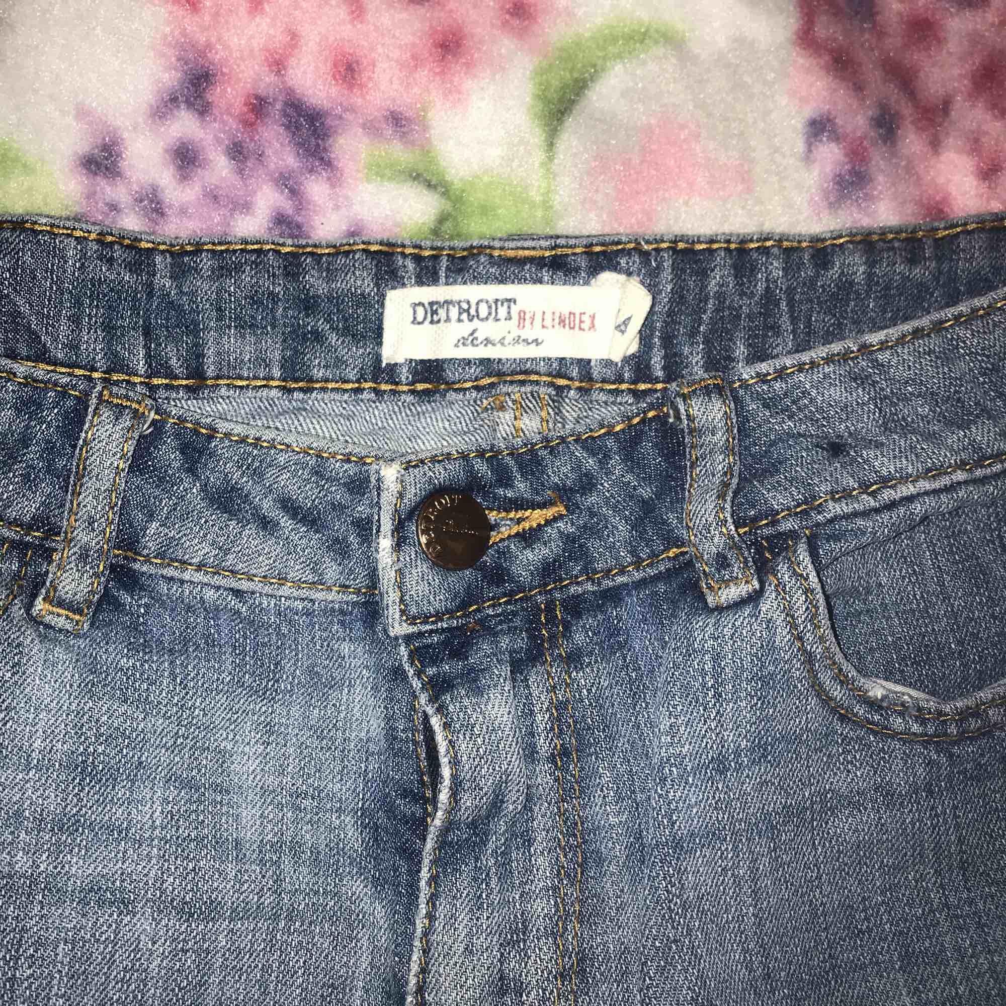 Galet snygga jeansshorts😍 Säljes då de inte passar längre :// storlek 164 men sitter som en XS❤️. Shorts.