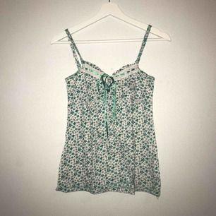 MEGASÖTT linne med blommor och fjärilar. Världens finaste gröna färg😭😍. Knytning vid toppen🥰 Säljs då den inte passar mig. Justerbara band vilket gör att den lätt passar både XS och S❤️