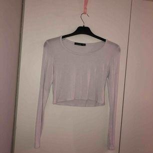 Långärmad vit fin tröja från boohoo, aldrig använd och säljer den nu för 40 och köparen står för frakten.🙏🏻