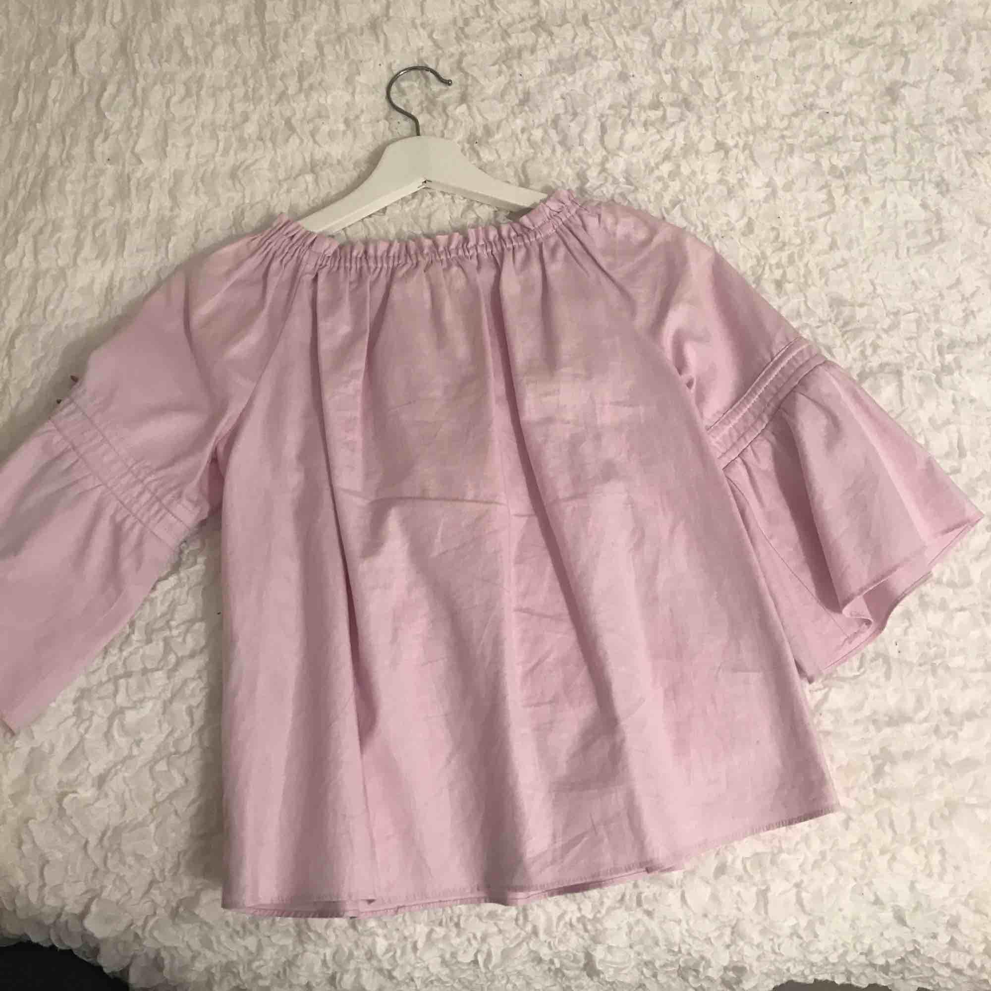 En blandning av ljusrosa och lila färg, mycket bra till sommaren . Skjortor.