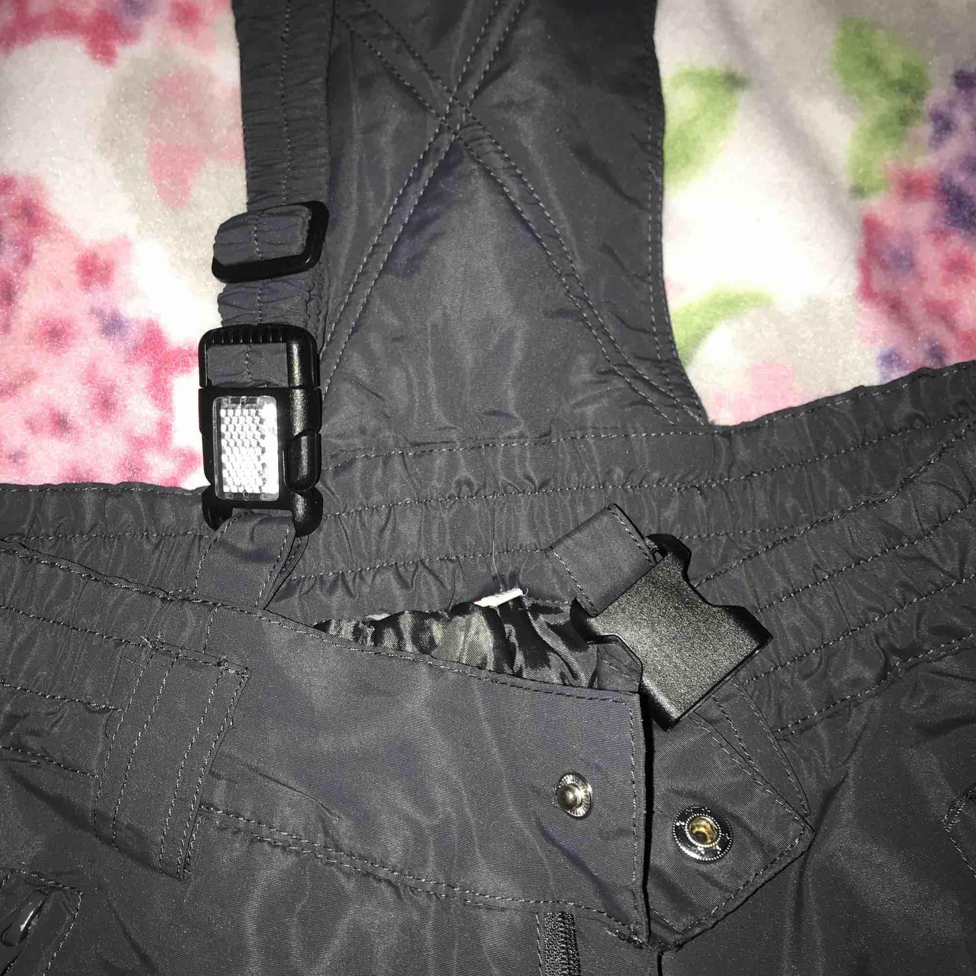 Gråa skidbyxor som jag tyvärr inte får plats i längre :// så varma och sköna och sitter som en smäck!!😍😍 Skicka privat meddelande för fler bilder!!🥰. Jeans & Byxor.