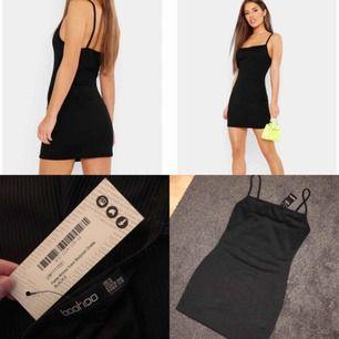 Kort ribbad klänning ifrån BooHoo. HELT NY! Aldrig använd. Storlek: 36 (S) men upplever den liten i storlek så skulle säga att den är 34 (XS)           SKYNDA FYNDA : Säljes nu för 200kr plus frakt eller hämtas för 250kr
