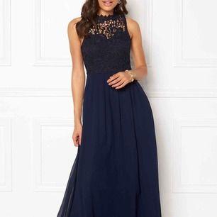 Säljer en jättefin balklänning använd vid endast ett tillfälle. Den är marinblå med spets högst upp (långklänning) Passar bra på mig som har storlek 36 (S) och är ca 165.