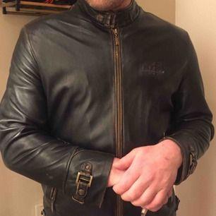 Säljer min mans skinnjacka från Hugo Boss då den är lite liten och aldrig används. Jättefint skick, dock en liten reva snett ovanför den vänstra fickan, därav det låga priset, Storlek L Nypris 6399kr snabb affär, bättre pris