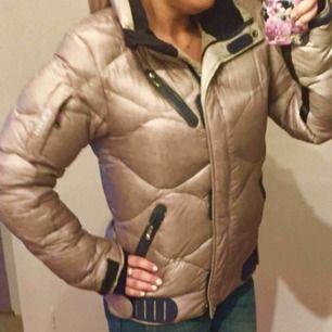 Säljer nu min Peak jacka, guldmetallick i färgen, tunn täckjacka, men ändå väldigt varm Fint skick! Storlek M eller en stor Small Nypris 2199kr