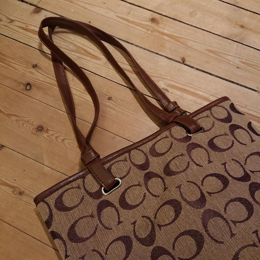 Coachväska (inte äkta) men ser hyfsat autentisk ut om man inte tänker på detaljer. I fint skick! . Väskor.