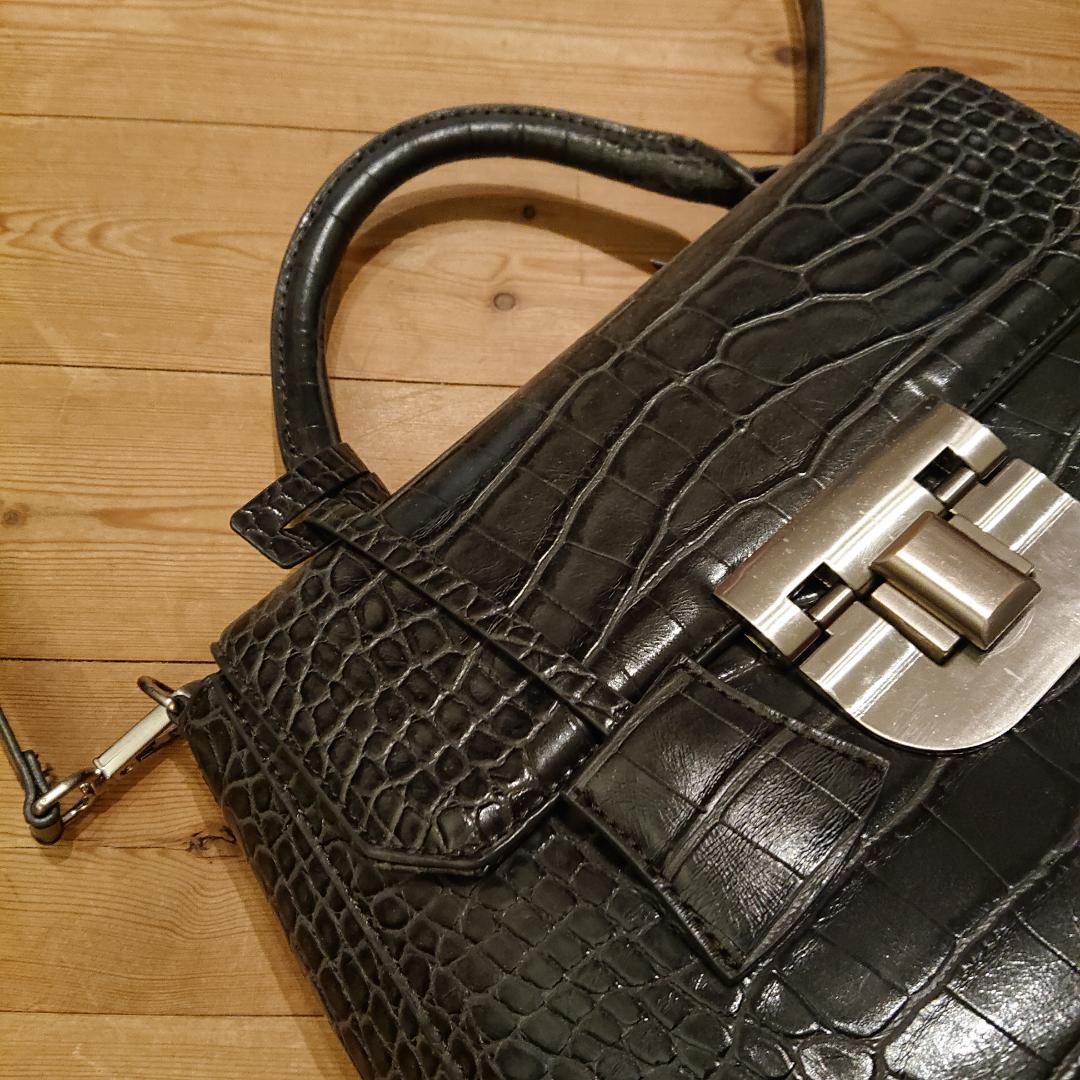 Väska från Zara i boxigare hårdare modell. Rymmer gott om saker och är i mycket fint skick! . Väskor.