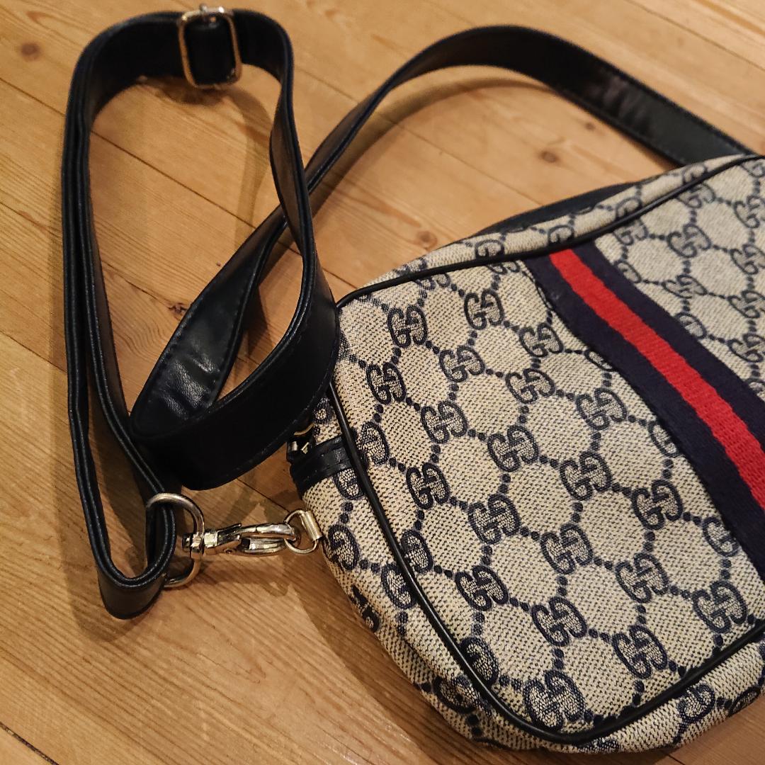 Mindre Gucciväska (ej äkta) men sååå snygg och i fint skick! . Väskor.