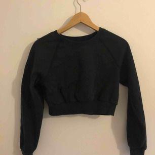 Kort sweatshirt   Kan mötas upp i Stockholm eller frakta (köparen står för frakten)
