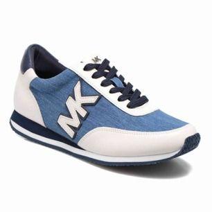 Säljer likadana Michael kors skor. Skorna är knappt använda men det finns några ställen där det är lite sämre skick. Storlek: 37 Ny pris: 1479 Mitt pris: 500 kan gå ner i pris vid snabb affär