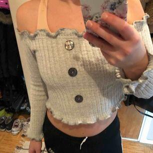 Så fin grå off shoulder tröja från missguided🌸 nyskick! Frakt ingår💞