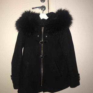 Svart kappa från Zara med fakepäls på luvan storlek XS nypris ca 1000kr. Lite nopprig vid armarna men inget som syns.