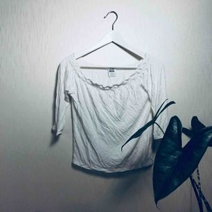 Trekvartslång tröja, går att använda som off shoulder.  Frakt 19kr Möjlighet finns att mötas upp söder om Stockholm.
