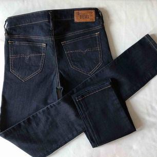 """Helt nya jeans från DIESEL i modellen """"Skinzee"""" Dem är stretchiga och normalt höga i midjan."""