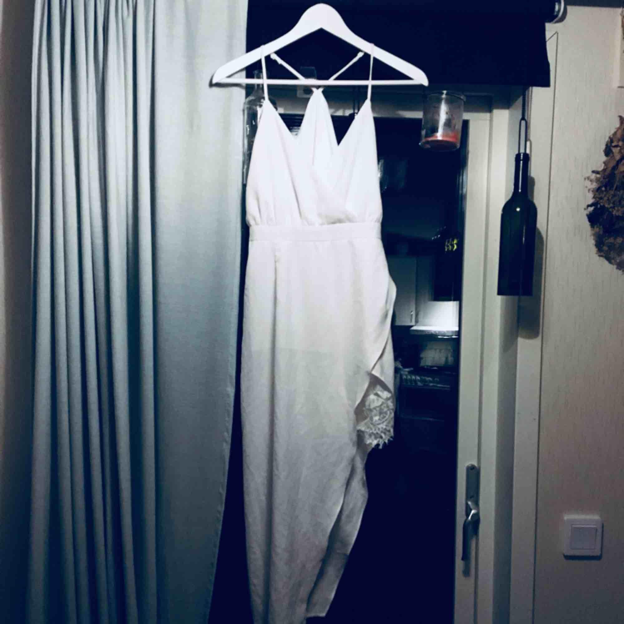 Snygg klänning, säljer pga fel stl för mig. Aldrig använd.  Frakt 26kr Möjlighet finns att mötas upp söder om Stockholm.. Klänningar.