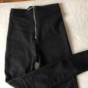 Mycket stretchiga jeans från Monki, aldrig använda Jeansen försluts av dragkedjan som sitter bak på byxxorna💫