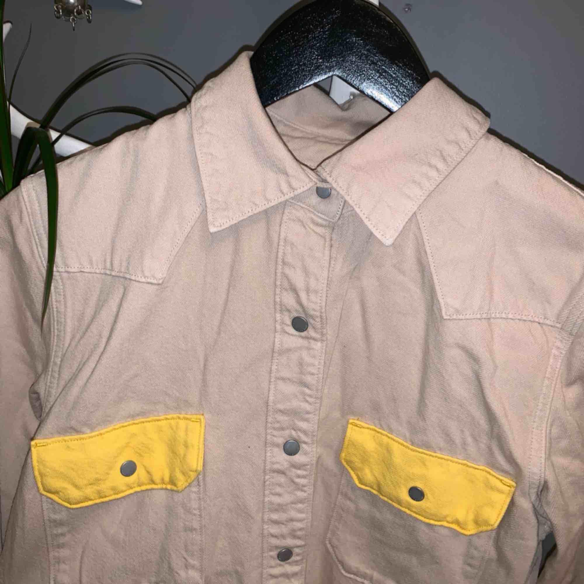 bright pocket shirt från calvin klein ss18 i strävare material. köpt här på plick men knappt använd alls. alldeles för stor på mig. kontakta för mer bilder eller annan info😎. Skjortor.