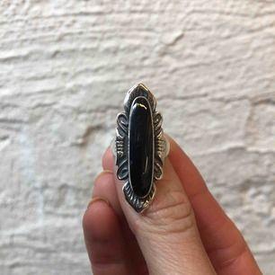 Ring i silver med svart onyx, strlk 17. Nyligen putsad och rengjord!