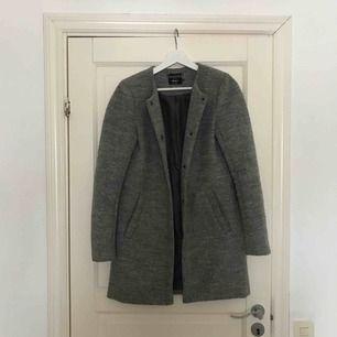 En superfin grå kappa som jag köpte förra året från vero moda, den är använd men fortfarande i ett superbra skick. Säljer pågrund av att den blivit för liten vilket suger då detta är en stor favorit i min garderob. ( frakten ingår)