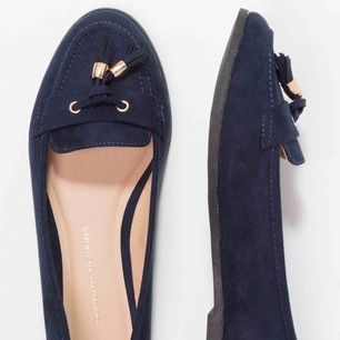 """Ballerina skor i mockaimitation ifrån Desi Perkins. Skorna är i modellen """"wide fit"""" och använda vid ett tillfälle eftersom de är för små för mig..."""