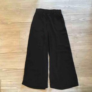 Vida byxor från Monki   Oanvända då de är för stora för mig, satte i en extra resår (som jag nu tagit ut, se bilder) men det sitter kvar två knappar men inget som syns/märks 😌
