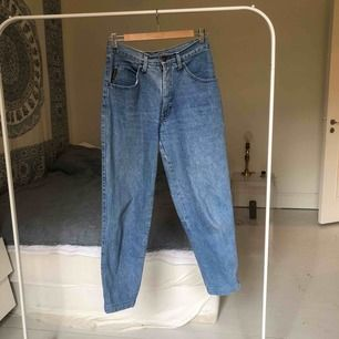 Mom jeans från Armani, köpt på second hand för 300kr. Säljer eftersom de är för små. Går att mötas upp på Södermalm i Stockholm eller frakta. Köparen står för frakt :)