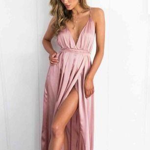 Snyggaste balklänningen! Helt ny, säljer för jag hittat en annan. Storlek S! Frakten ingår i priset. Pris kan diskuteras vid snabb affär! 🥰