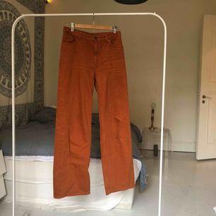 Bruna raka byxor köpt från Monki för 400kr. Går att mötas upp på Södermalm i Stockholm, det går även bra att frakta. Köparen står för frakten :)