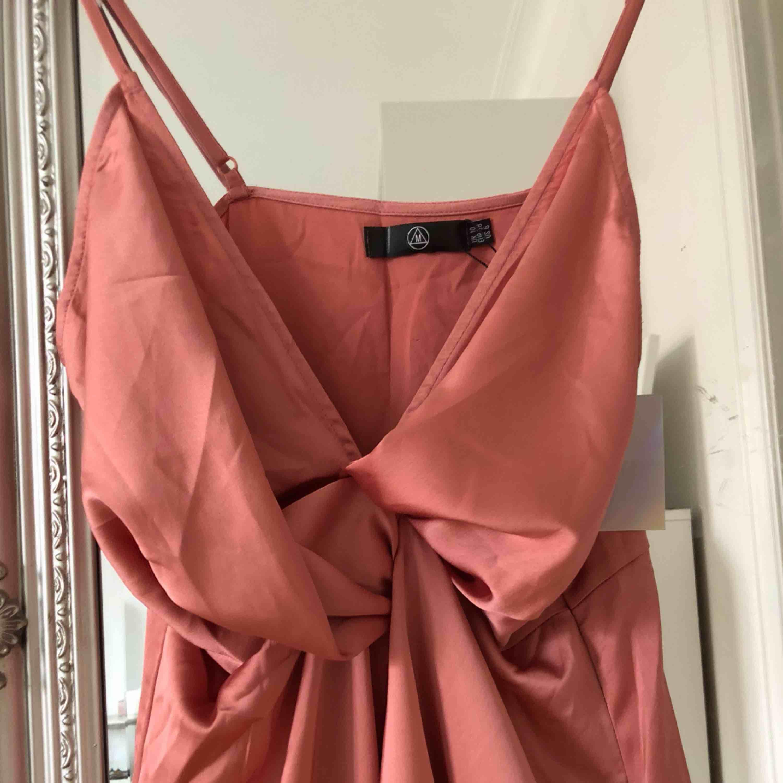 Helt ny klänning ifrån Missguided i silkestyg💫. Klänningar.