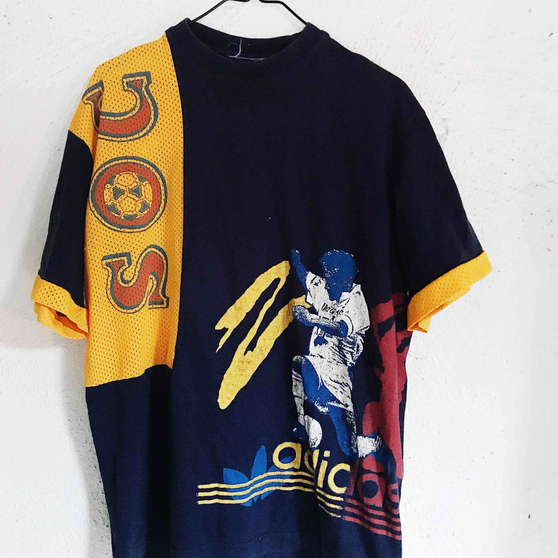 Rare Adidaströja köpt på Beyond Retro i Stockholm (för 500 kr). Storleken står ej men är lite oversize för en S-M. Säljer pga aldrig använder. Frakt tillkommer 🌹. T-shirts.