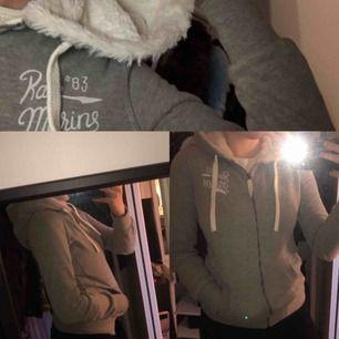 Grå zip-hoodie ifrån Race Marine. Aldrig använd! Jättegosigt material i luvan som är hur mjukt som helst🤩